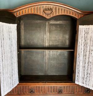 Старинный книжный шкаф