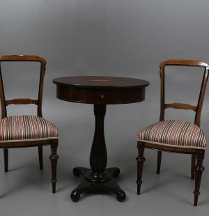Два изящных стула