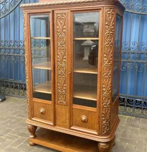Книжный шкаф в стиле Тюдор