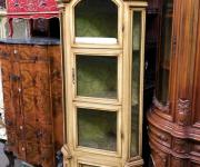 Угловая витрина в стиле барокко